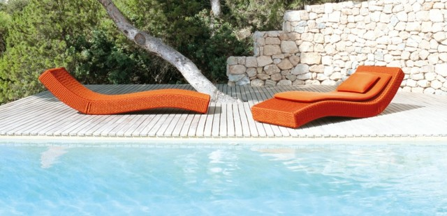 decoración de jardines minimalista tumbonas curvas naranja