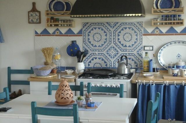 decoraciones azul azulejos cortinas sillas vintage interesante