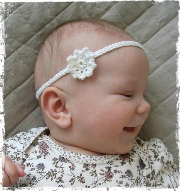 diadema crochet florecita blanca pequeña
