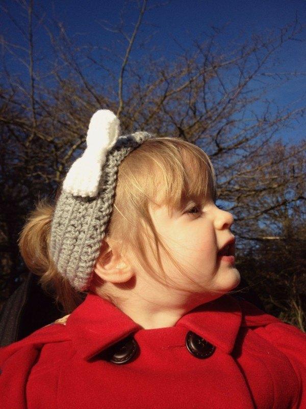 diadema crochet gris lazo blanco