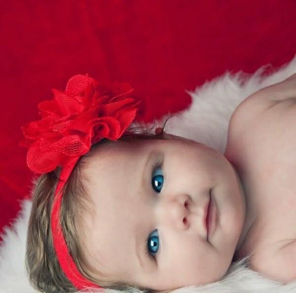 diadema roja ojos azules flor