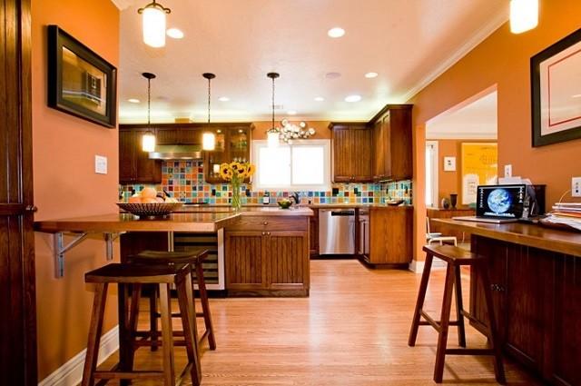 diseño de interiores con colores cálidos cocina luminarias sillas