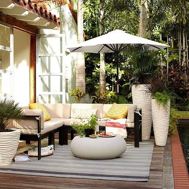 diseño de jardin macetas elegantes claros  sombrilla