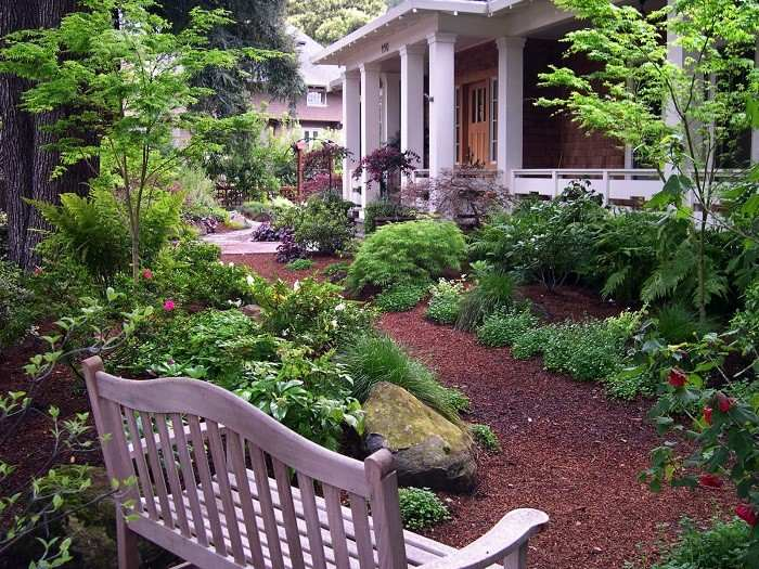 diseño de jardines banco flores mantillo