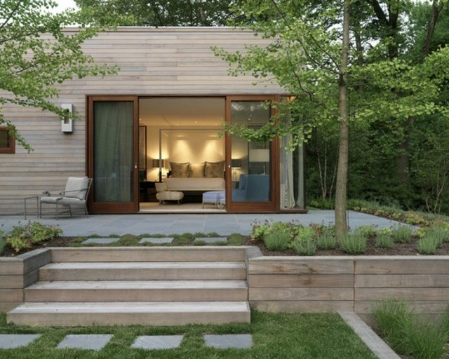 diseño de jardines cesped plantas muro madera
