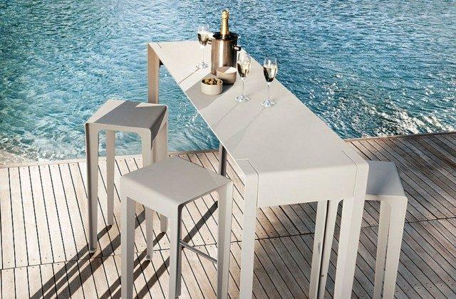 diseño de jardines mesa sillas blancas