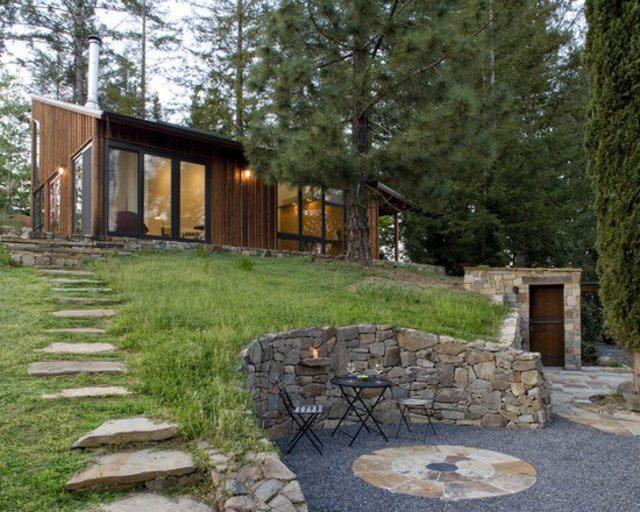 diseño de jardines piedras pendiente sillas exterior