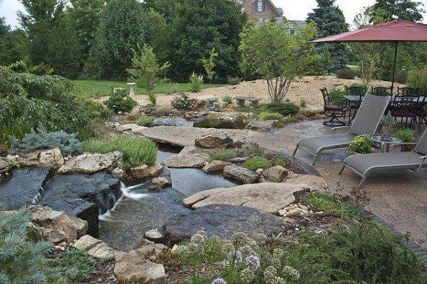 estanque de jardin que esta a niveles