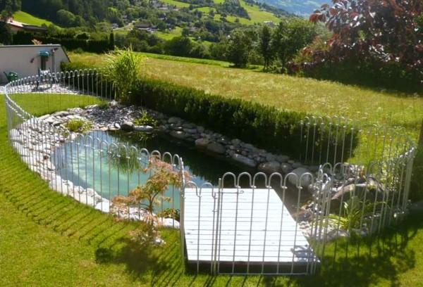 estanque jardín valla blanca plataforma