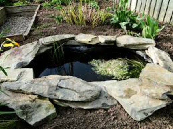 Lagos y piscinas naturales para el jard n for Piedras para estanques