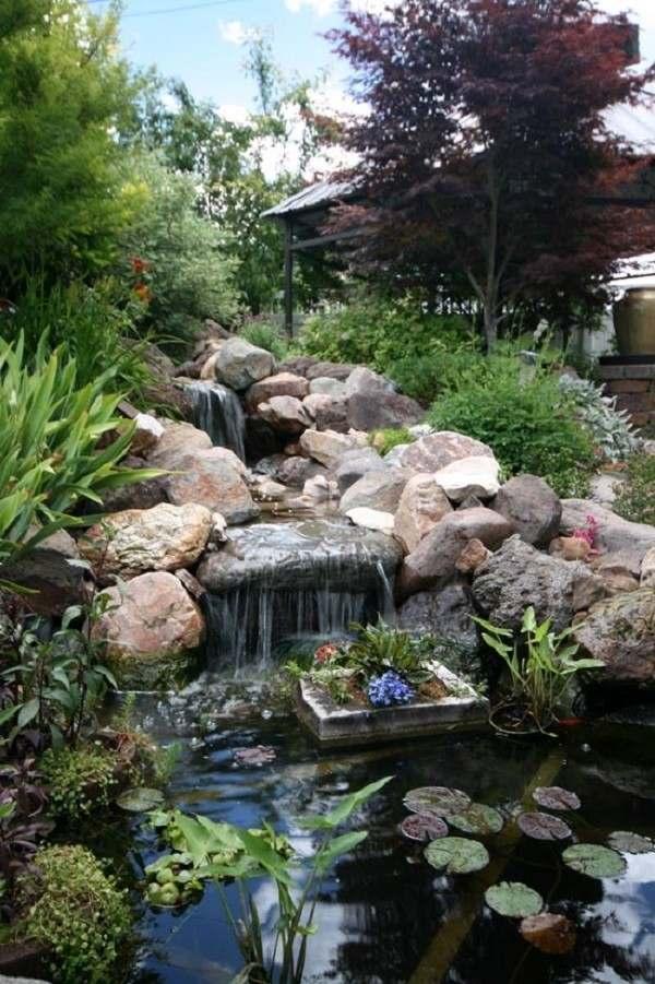 estanque de jardin oscuro con caida de agua
