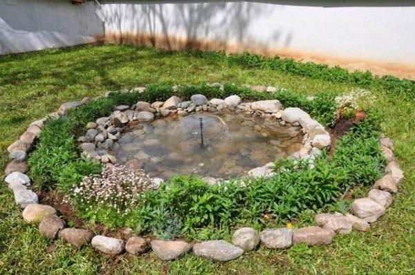 estanque redondo jardín fuente central