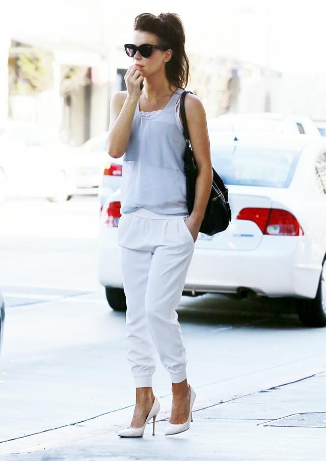 estilo casual pantalon blanco zapatos bolso gafas negro