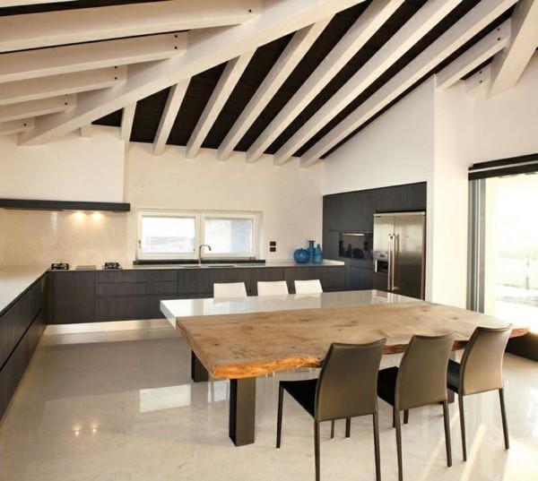 estupenda cocina techo mesa madera
