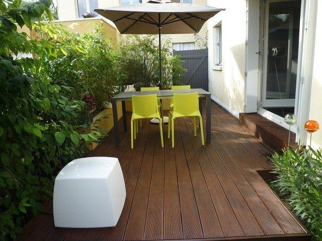 exotica terraza plantas mobiliario sombrilla