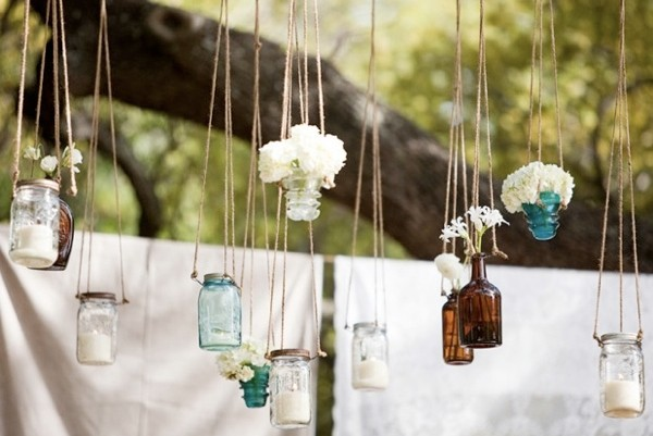flores colgantes envases vidrio jardin