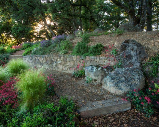 flores patio rocas camino pendiente jardin