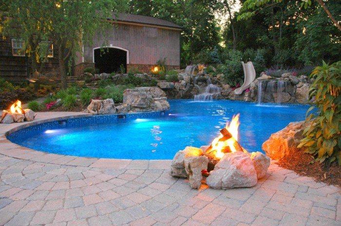 fogata exterior piscina jardin piedras