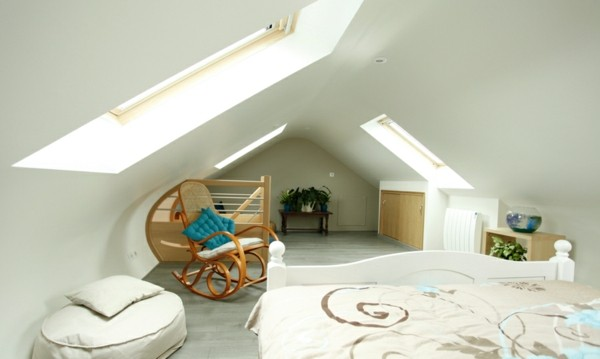 habitación buhardilla blanca iluminada mecedora