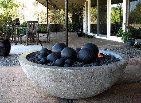 hoguera con bolas negras dentro para jardin