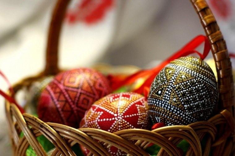 huevos de pascua colores fiesta canasta