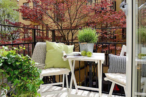 ideas balcon mesa blancas almohadas confort fuera