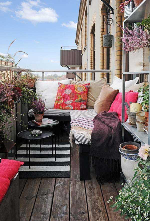 ideas terraza banco mesitas madera alfombra