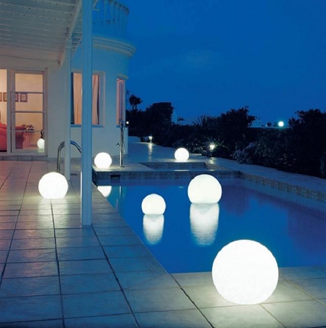 iluminacion exterior varias lamparas piscina flotantes