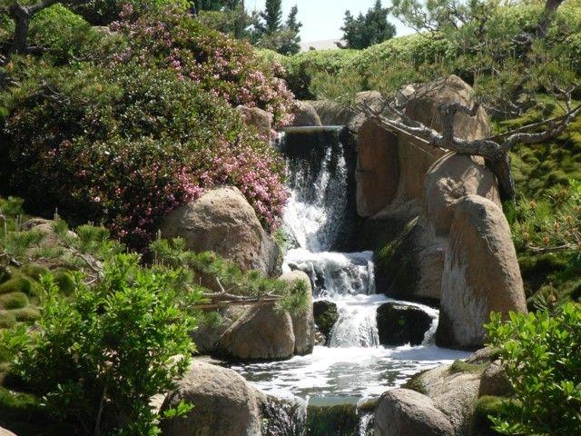 jardín japonés rocas cascada flores