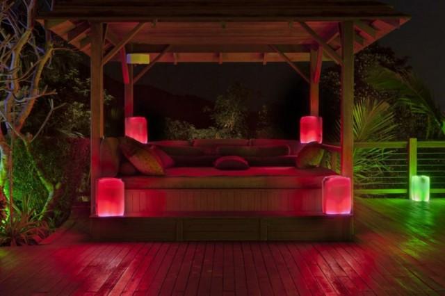 mobiliario de jardín de madera con luces rojas
