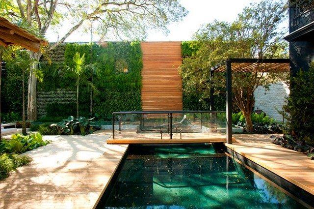 jardin piscina puente plantas cuelgan pared
