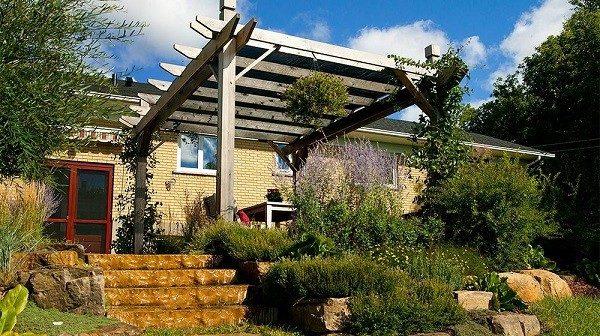 jardín rocas pérgola mesa terraza