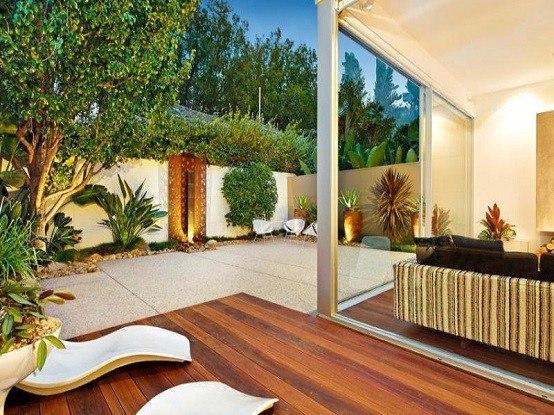 jardin tumbonas luminarias patio madera plataformas