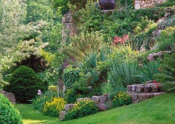 jardinería en pendientes bosque tupido flores rocas
