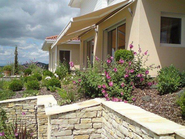 jardinería en pendientes contenedores flores casa