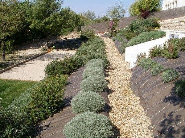 jardinería en pendientes rocas cesped sillas malla