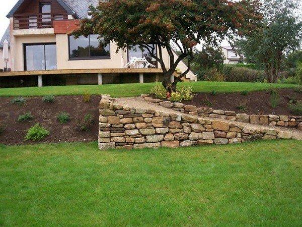 jardinería en pendientes rocas flores casa