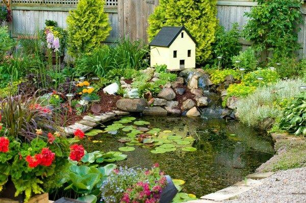 lago casita muchas flores piedras