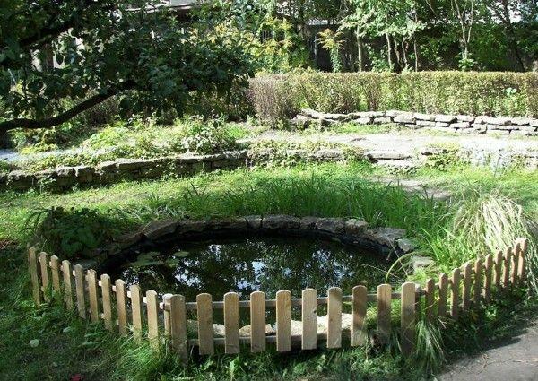 lago jardín valla madera piedras