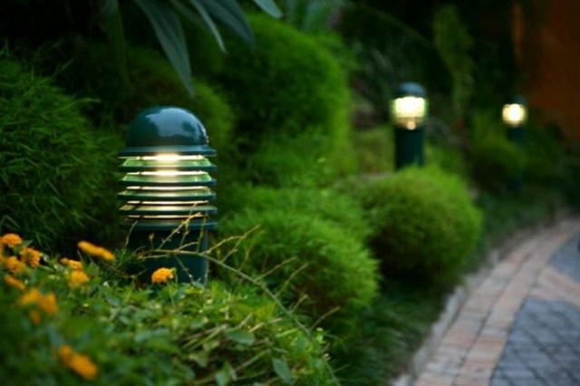 lampara jardin cdamuflada maleza plantas