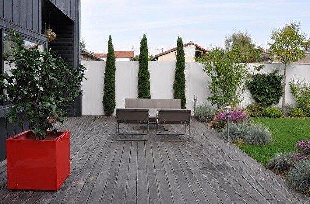 lampara jardin sillas plantas macetas