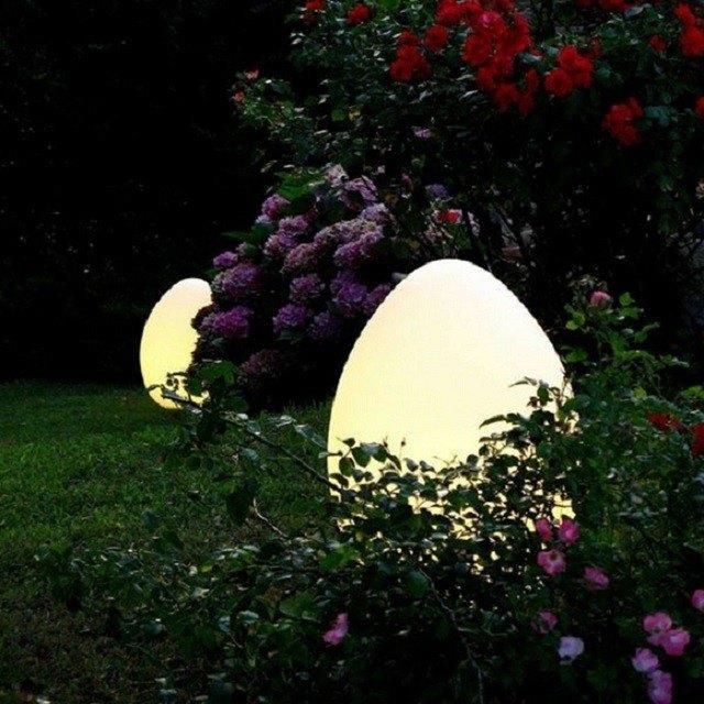 lamparas escondidas entre vegetacion forma bonita