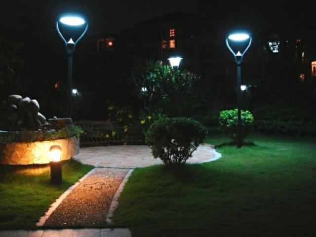 Iluminaci n exterior que har brillar a tu jard n - Luces exterior jardin ...