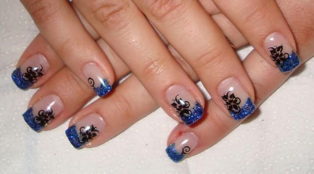 manicura francesa azul brillante uñas moderno cortas