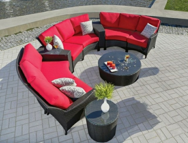 mebles jardin dos mesas redondas almohadas color llamativo