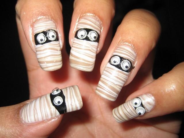 motivos rayas ojos pegados uñas negro mumia