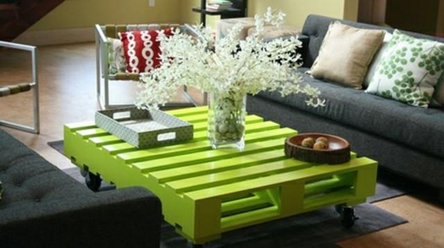 muebles con palets mesa flores pintada