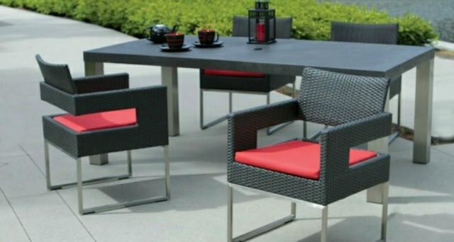 muebles-de-exterior-negros-ratana-almohadas-rojas