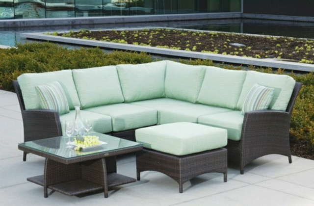 muebles-exterior-sofa-almohadas-verde-claro