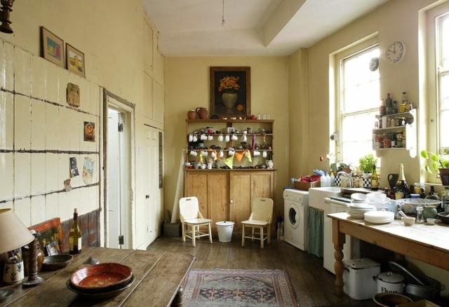 muebles mesas madera sillas blancas espaciosa cocina